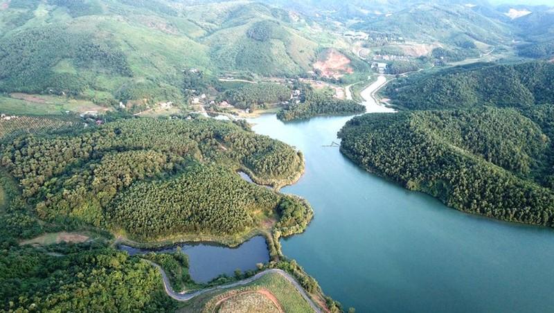 Nguồn nước dẫn vào Nhà máy nước Sông Đà do Công ty CP Đầu tư nước sạch Sông Đà bị nhiễm dầu bẩn