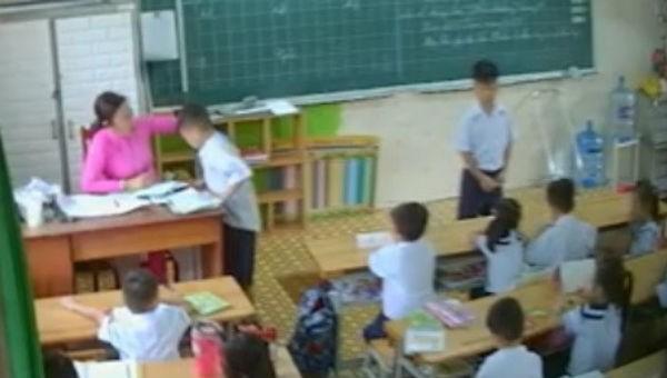 Cô giáo véo, xách tai học sinh tại trưởng Phan Chu Trinh, TP HCM bị camera ghi lại.