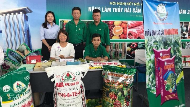 Gian hàng trưng bày sản phẩm của Công ty cổ phần phân bón Đất Xanh cùng với hơn 100 gian hàng của các doanh nghiệp tham dự.