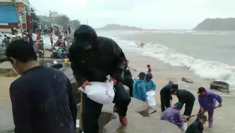 Lực lượng vũ trang tỉnh Bình Định giúp dân gia cố bờ kè chắn sóng