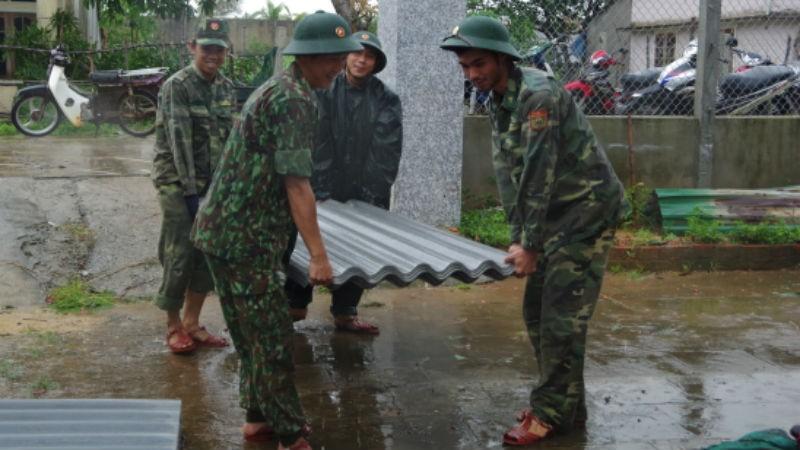 Bộ đội Biên phòng Quảng Ngãi hối hả giúp người dân ứng phó bão số 6
