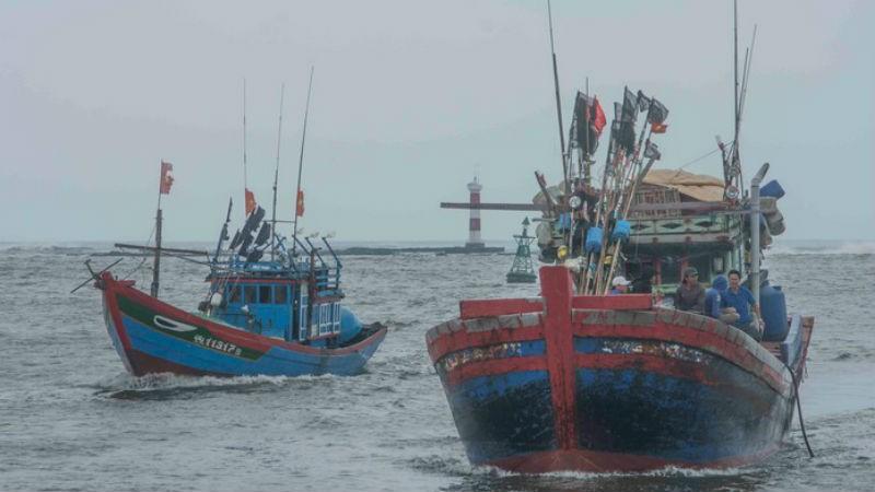 Nhiều tàu cá Quảng Ngãi tiếp tục vào bờ tránh trú bão. Ảnh Báo Biên phòng.