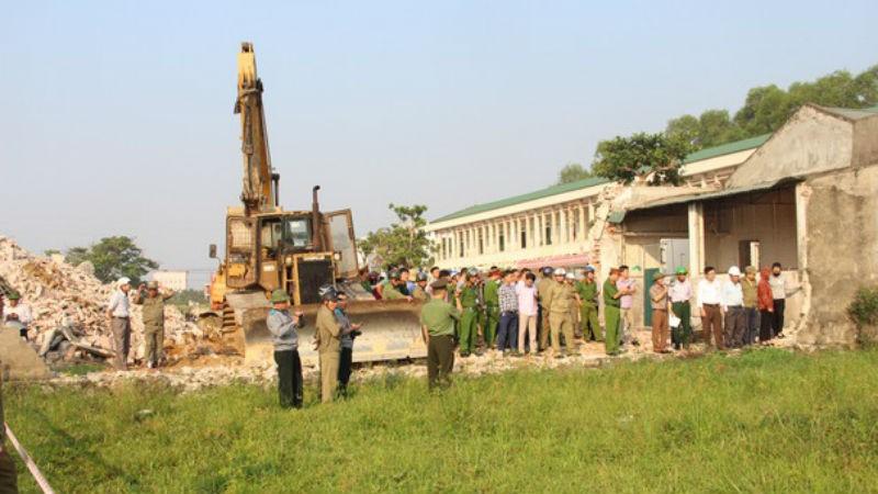 UBND TP Vinh tổ chức cưỡng chế thu hồi đất đối với 28 hộ gia đình, cá nhân ở xóm 12 xã Nghi Phú để thực hiện Dự án Đường giao thông nối Vinh - Cửa Lò (giai đoạn 1). Ảnh: Báo Nghệ An.