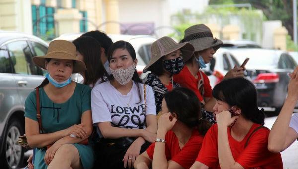 Nhiều giáo viên hợp đồng Hà Nội tại trụ sở tiếp dân UBND TP Hà Nội để gửi đơn kêu cứu trước nguy cơ bị sa thải.