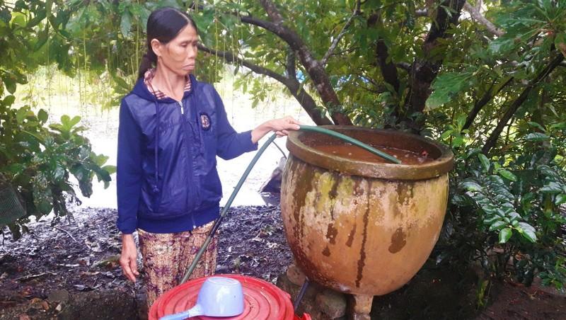 Cũng như hàng ngàn hộ dân khác trong xã, nước giếng nhà bà Hoa bị nhiễm phèn rất nặng.
