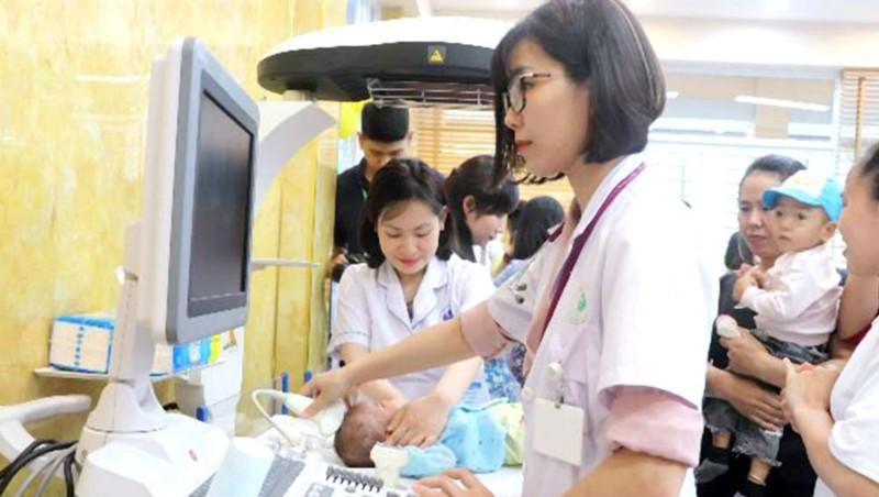 Các bác sĩ đang thăm khám cho trẻ sinh non, nhẹ cân.