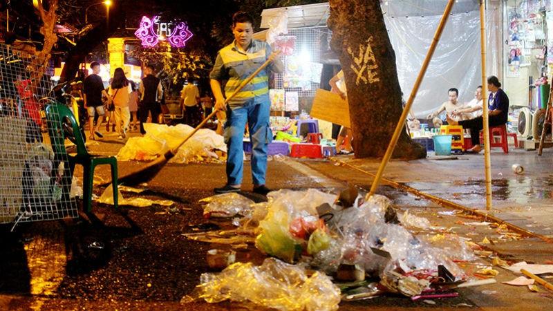 Rác thải nhựa ngập tràn sau đêm Trung thu ở Hà Nội.