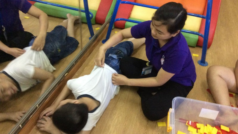 Những nhân viên công tác xã hội – giáo viên ngày đêm quên đi sự thiệt thòi của bản thân để dạy dỗ các em học sinh khuyết tật