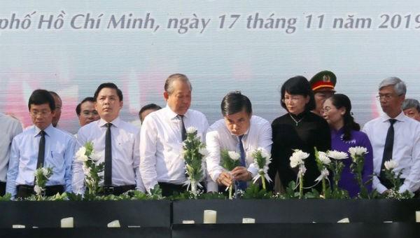 Phó thủ tướng Trương Hòa Bình cùng các lãnh đạo, đại diện các Ban, Bộ, Ngành đặt hoa tưởng niệm các nạn nhân tử vong do tai nạn giao thông. Ảnh: Thanh Vũ/TTXVN.