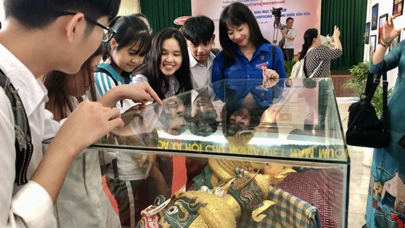 Các bạn trẻ tìm hiểu Mặt nạ dùng trong các vở diễn truyền thống của Campuchia và Khmer.