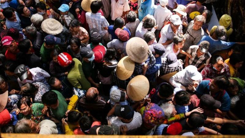Cảnh hàng trăm người chen lấn nhận tiền và gạo tại biệt thự của Ngọc Sơn.