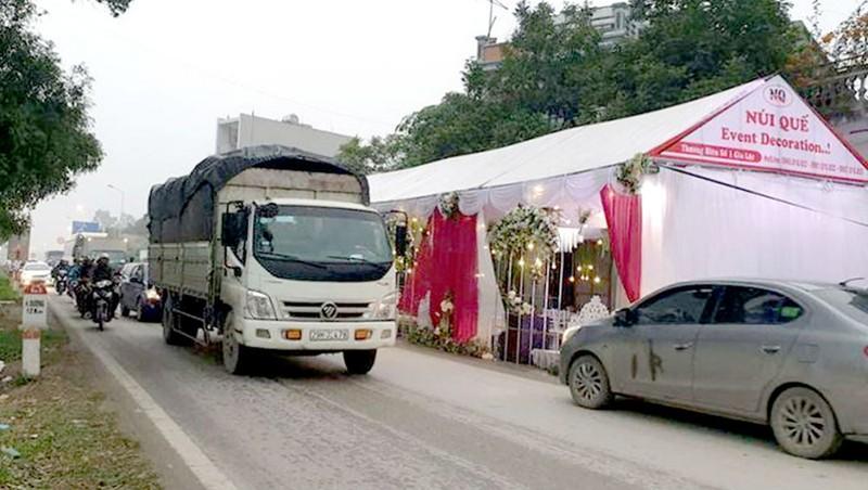 Các rạp đám cưới, đám tang được dựng dưới lòng đường, vỉa hè gây mất an toàn giao thông.