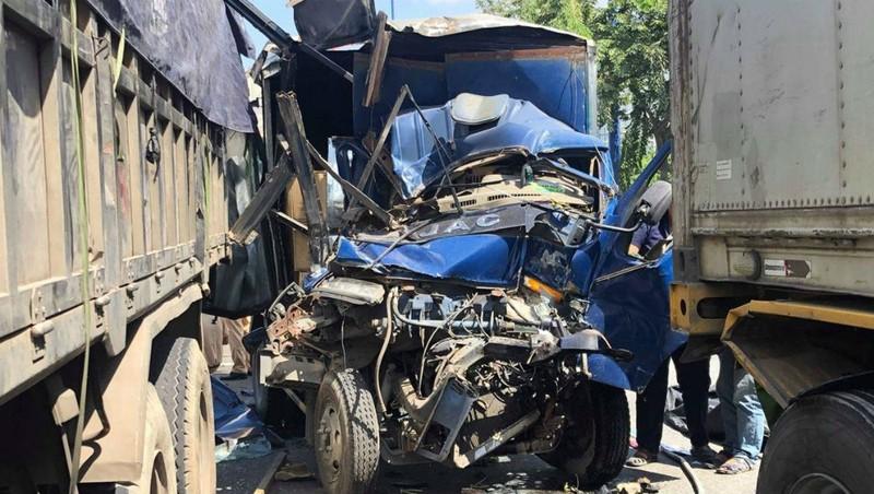5 xe tông nhau trên xa lộ Hà Nội, một phụ xe tải tử vong