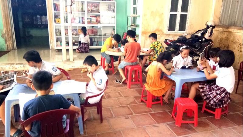 Học sinh đọc sách tại thư viện gia đình nhà thầy Nghĩa.