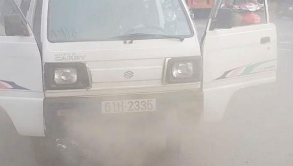 Chiếc xe  bốc khói mù mịt. Ảnh Thanh Niên.