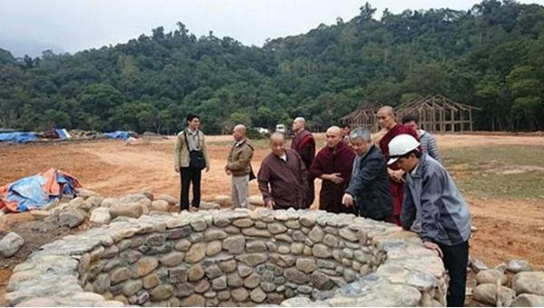 """Được xây dựng từ năm 2014 để thực hiện phim """"Phật hoàng Trần Nhân Tông"""", đến nay phim trường Yên Tử (Quảng Ninh) vẫn còn ngổn ngang."""