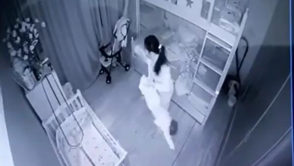 Tạm giữ nữ giúp việc dốc ngược chân bé gái 13 tháng tuổi