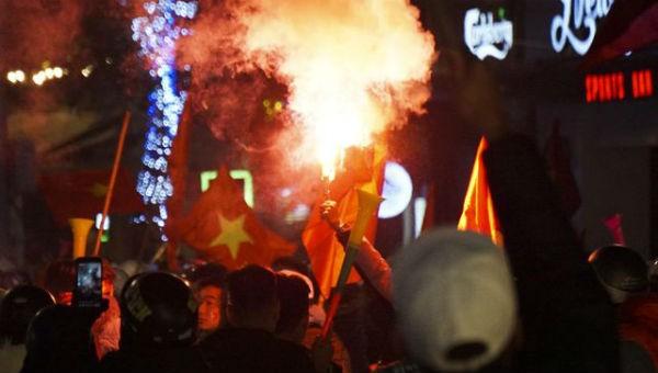 Hình ảnh cổ động viên đốt pháo ăn mừng đội tuyển U22 Việt Nam giành chiến thắng.