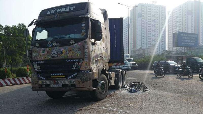 Xe máy cháy trơ khung, 1 người bị thương nặng sau va chạm với container