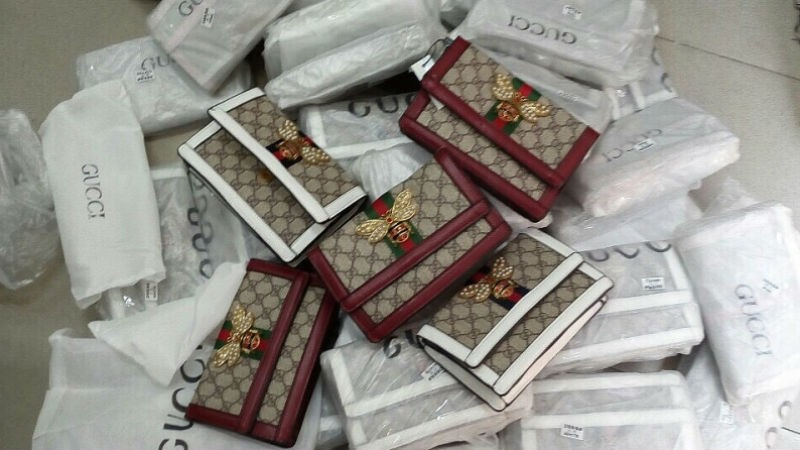 """Thu giữ gần 700 túi xách nữ """"nhái"""" thương hiệu nổi tiếng"""
