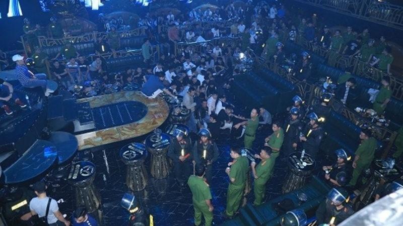 Lực lượng công an kiểm tra Bar Cosmo trên đường Nguyễn Ái Quốc ( TP Biên Hòa, Đồng Nai) ngày 8/12 và phát hiện hàng trăm đối tượng đang tụ tập có biểu hiện sử dụng chất ma túy