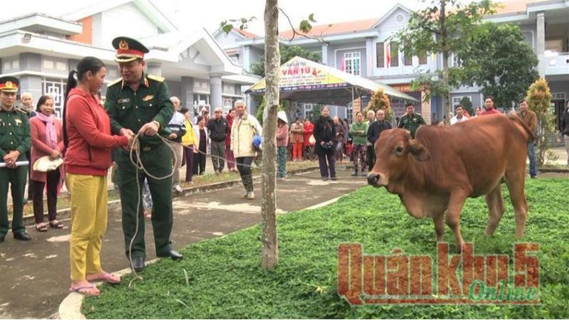 Thiếu tướng Hà Huy Long - Phó Cục trưởng Cục Chính trị Quân khu, trao tặng bò giống cho các hộ nghèo