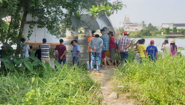Người dân theo dõi việc tìm kiếm nạn nhân.