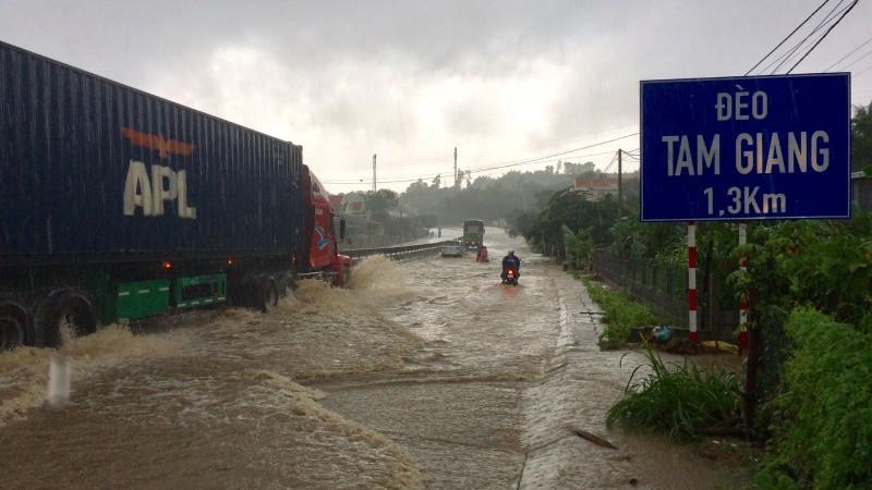 Khi mưa xuống, hệ thống thoát nước không thu nước kịp, nước tràn ra đường