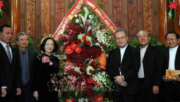 Trưởng Ban Dân vận Trung ương Trương Thị Mai tặng lẵng hoa chúc mừng Lễ Giáng sinh năm 2019 tới Đức Tổng Giám mục Giuse Nguyễn Chí Linh, Tổng Giáo phận Huế.