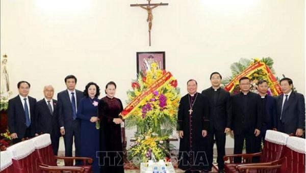 Chủ tịch Quốc hội Nguyễn Thị Kim Ngân tặng hoa chúc mừng Tòa Tổng Giám mục Hà Nội.