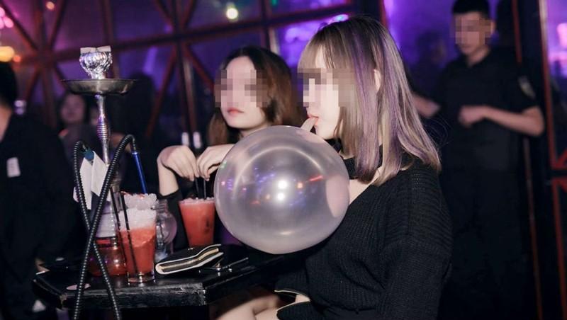 Giới trẻ hút bóng cười công khai nơi quán nhậu.