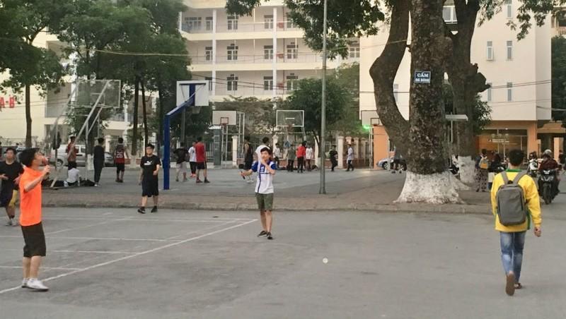 Hoạt động thể dục thể thao của sinh viên Đại học Quốc gia Hà Nội sau giờ học tại KTX Mễ Trì.