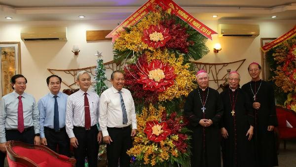 Phó Thủ tướng Trương Hòa Bình trao lẵng hoa chúc mừng Giáng sinh 2019 của Thủ tướng Chính phủ đến Giám mục Giuse Đinh Đức Đạo, các vị chức sắc và giáo dân Giáo phận Xuân Lộc, Đồng Nai