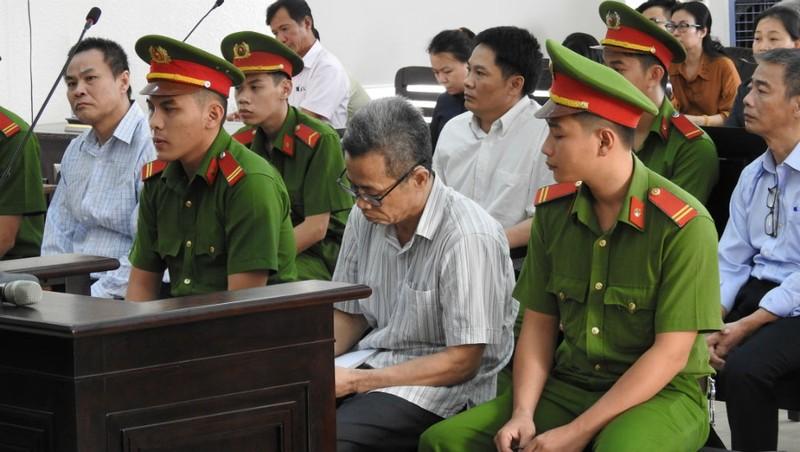 Ông Khanh (đeo kính lão, ngồi hàng đầu), luôn kêu oan từ khi bị bắt.