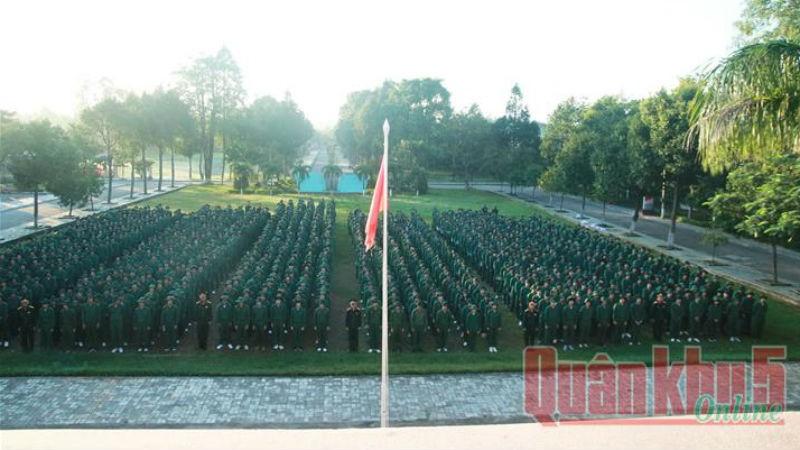 Quang cảnh lễ khai giảng khóa 300 giáo dục kiến thức quốc phòng – an ninh. Ảnh Báo quân khu 5.