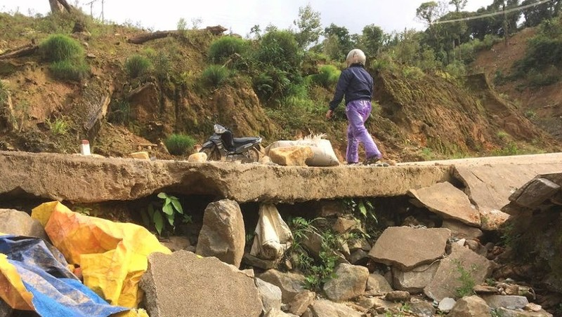 Dự án đường giao thông Ngọc Hoàng – Măng Bút – Tu Mơ Rông – Ngọc Linh vừa bàn giao đã hư hỏng .