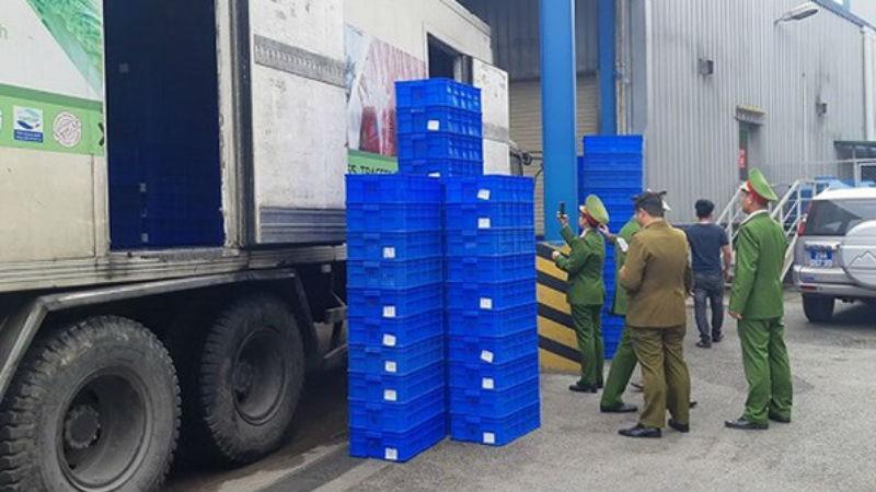 2 xe container thực phẩm nghi nhập lậu trong sân siêu thị lớn ở Hà Nội