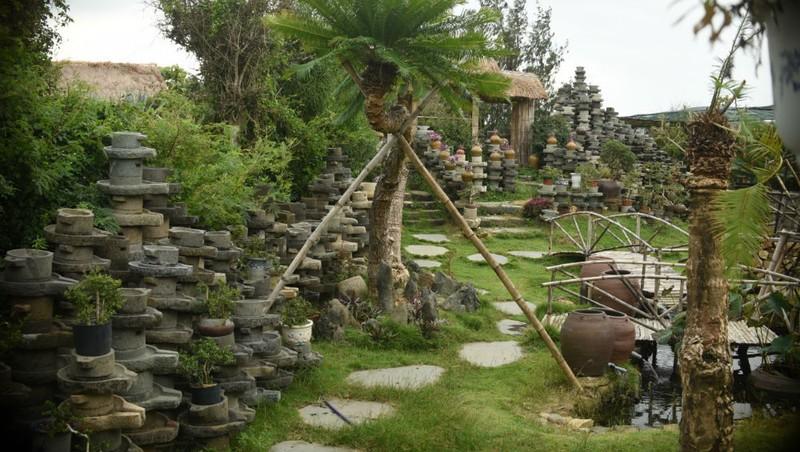 """Hàng ngàn chiếc cối đá tạo thành """"bức tường"""" cho khu trưng bày."""