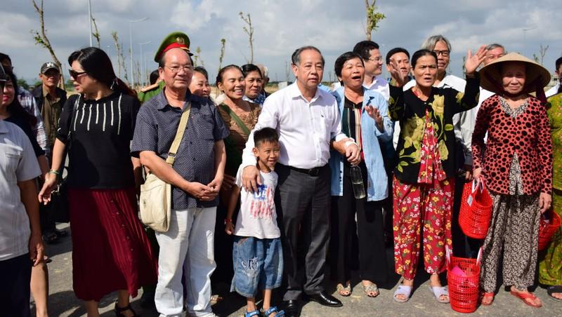 Bà con Thượng Thành vui mừng khi cùng ông Phan Ngọc Thọ (Chủ tịch UBND tỉnh Thừa Thiên - Huế) đi xem nơi ở mới sạch đẹp, khang trang