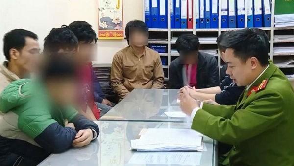 Nhóm công nhân nghi được trả lương bằng ma túy.