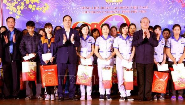 Ông Trần Quốc Vượng cùng đoàn công tác thăm hỏi và tặng quà công nhân ở Phú Thọ.