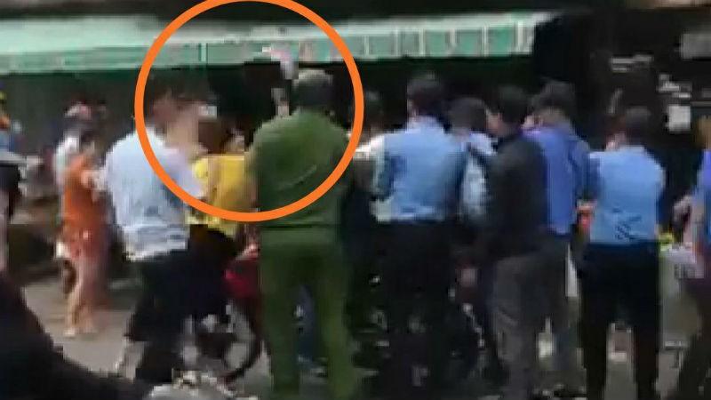 Một phụ nữ dùng mũ bảo hiểm đập vào đầu ông Trường trước mặt cán bộ CAP 14.