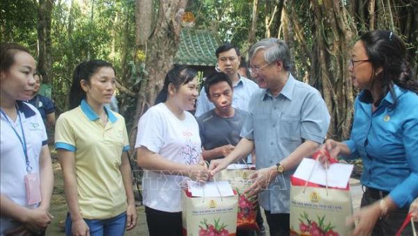 Thường trực Ban Bí thư Trần Quốc Vượng tặng quà Tết cho công nhân có hoàn cảnh khó khăn trên địa bàn tỉnh Đồng Nai