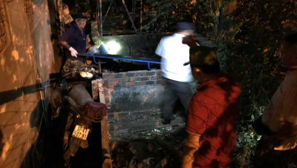 Hy hữu người phụ nữ phóng xe máy qua rào cao 2m tử vong
