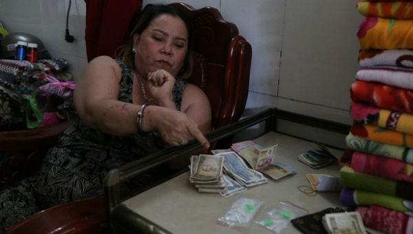 Bà Nguyễn Thị Mỹ Dung cùng hiện vật bị công an thu giữ.