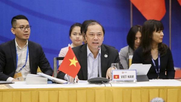 Thứ trưởng Bộ Ngoại giao Nguyễn Quốc Dũng chủ trì cuộc họp.