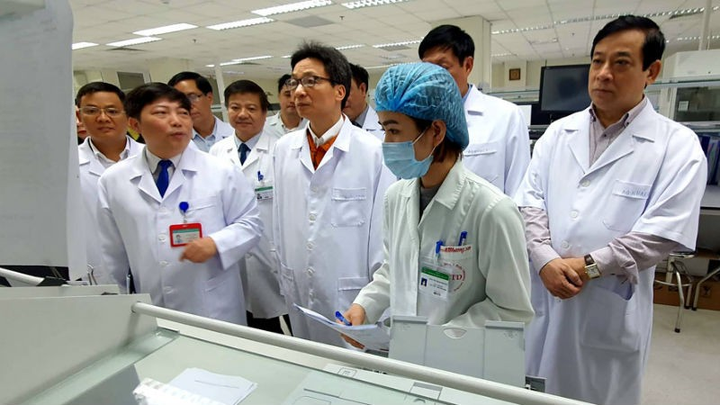 Phó Thủ tướng Chính phủ Vũ Đức Đam kiểm tra công tác ứng phó với dịch bệnh nCoV tại Bệnh viện Bệnh Nhiệt đới trung ương.