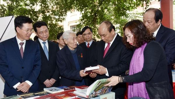 Thủ tướng tham quan triển lãm