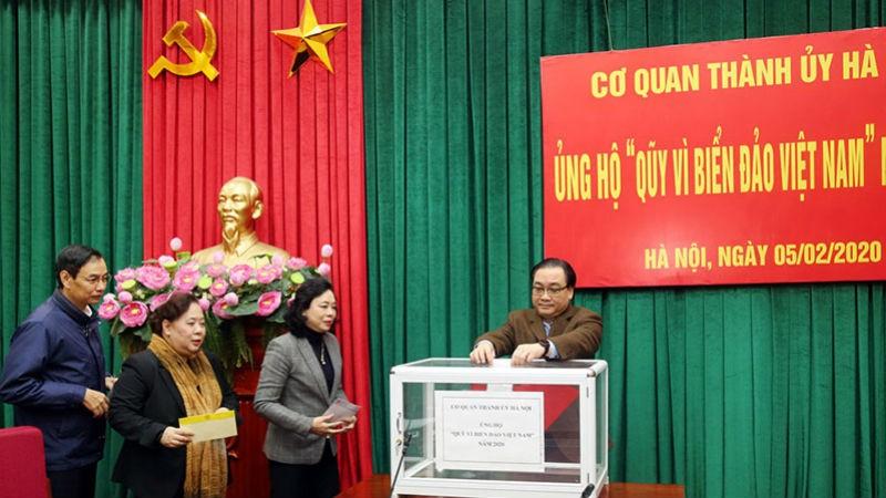 """Các đồng chí lãnh đạo TP Hà Nội ủng hộ Quỹ """"vì biển đảo Việt Nam"""" năm 2020."""