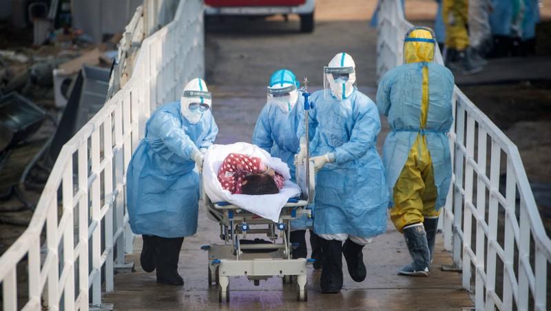 Bệnh nhân được đưa đến bệnh viện ở Vũ Hán. Nguồn Xinhua.